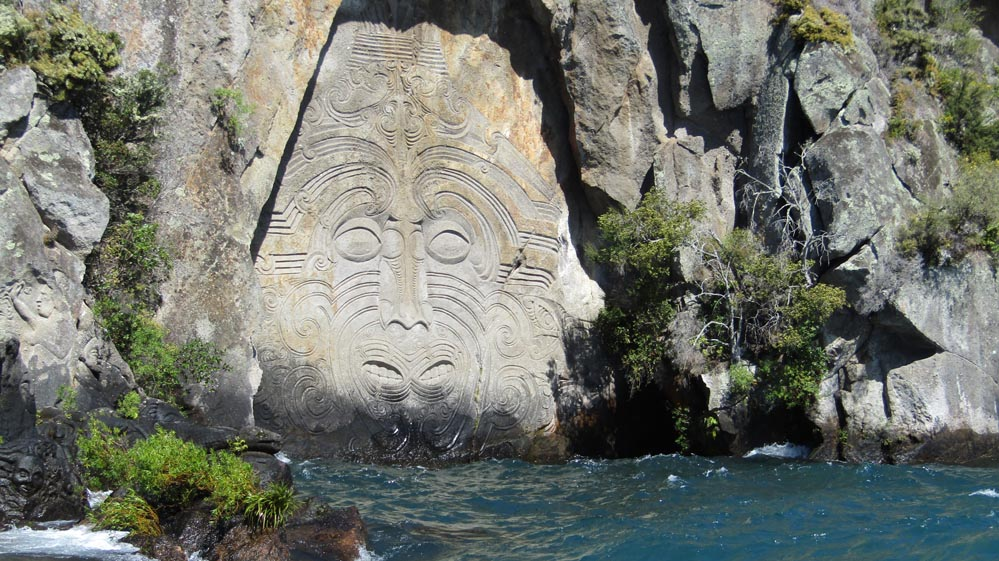 maori rock carvings taupo mine bay